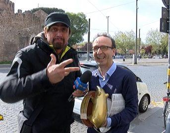 Striscia La Notizia oggi, Roberto Benigni riceve il Tapiro per la dedica alla moglie