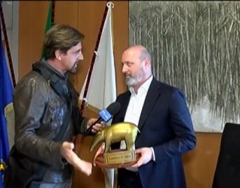 Bologna, assenteismo Istituto Beni Culturali: Stefano Bonaccini riceve il Tapiro d'Oro di Striscia La Notizia