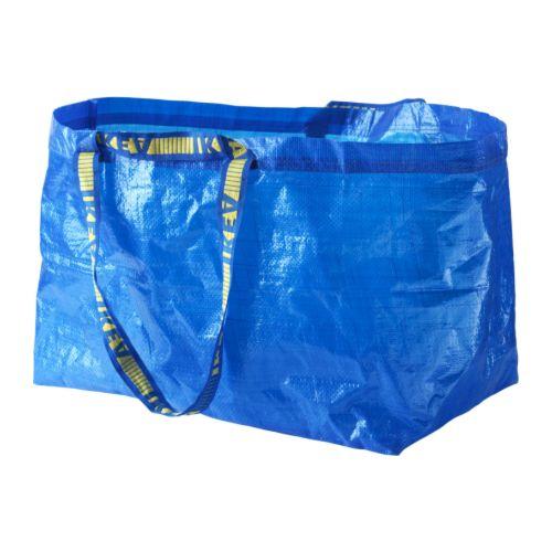 Balenciaga copia la borsa azzurra di Ikea: costerà 1.700 euro. Ironia social