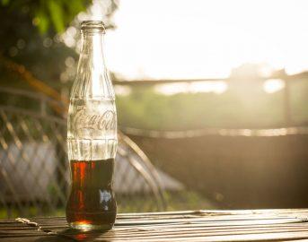 """Report, Coca-Cola risponde a """"colpi"""" di Tweet: così la multinazionale si difende dall'inchiesta del programma Rai"""