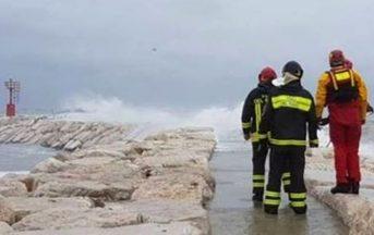 Rimini, barca finisce contro scogli causa maltempo e affonda: 5 dispersi (VIDEO)