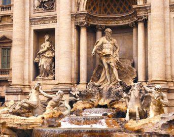 """Turista senza vestiti nella Fontana di Trevi, """"Avevo voglia di omaggiare la città"""": Roma sempre più vittima degli esibizionisti"""