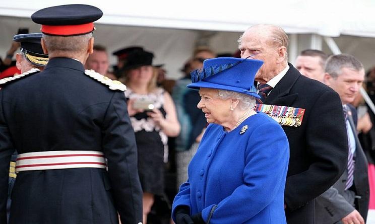 regina elisabetta II, regina elisabetta II principe filippo, riunione a buckingham palace,