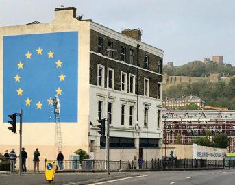 Banksy a Dover su Brexit: nuova opera nel giorno del trionfo dell'europeista Macron