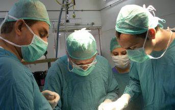Chirurgo prende a pugni infermiera durante l'operazione [VIDEO]