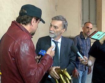"""Striscia La Notizia oggi, Graziano Delrio Tapiro d'Oro: """"Caschi sicuri per gli italiani"""""""