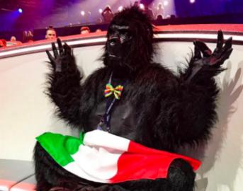 Eurovision Song Contest 2017: uomo sale sul palco e si abbassa i pantaloni