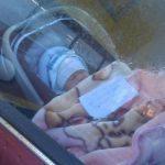Mamma lascia figlio in auto per andare a far la spesa e lascia un biglietto con numero di telefono
