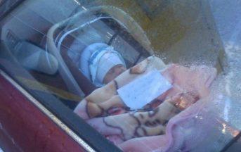 """Mamma lascia il figlio in macchina con un bigliettino: """"Sto facendo la spesa"""", il web si infuria"""