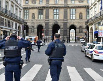 Parigi, zaino sospetto lasciato davanti al Louvre, palco di Macron evacuato