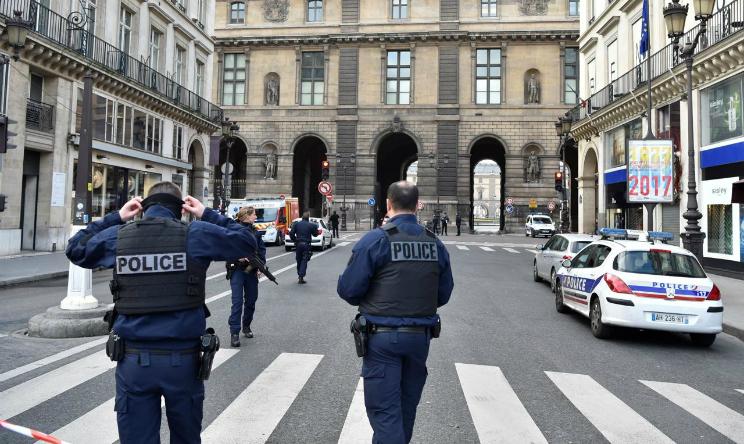 Zaino sospetto davanti al Louvre, evacuato palco di Macron