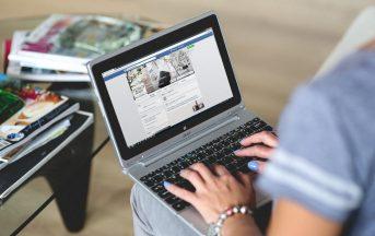 Facebook ci rende meno in salute e più insoddisfatti: un nuovo studio punta il dito contro il social network