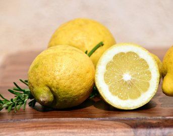 Impacchi per capelli grassi: limone e altri rimedi fai da te