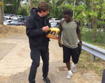 Muntari squalifica per cori razzisti: Striscia la Notizia gli consegna il Tapiro ma lui rifiuta
