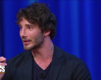 Stefano De Martino al Maurizio Costanzo Show ammette di essere stato tradito, da chi? Rivelazioni su Belén ed Emma