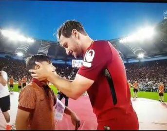Totti consegna la fascia di capitano ad una promessa dei pulcini: ecco chi è il nuovo 10 della Roma