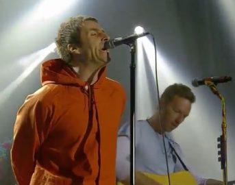 Liam Gallagher al concerto di Manchester a sorpresa: Live Forever, al posto di Noel c'è Chris Martin (video)