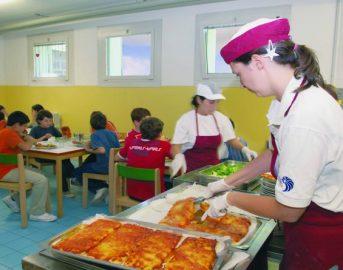 Napoli, escrementi nel cibo e bimbi intossicati: mensa scolastica sospesa