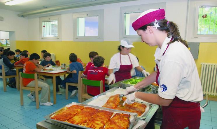 Bambini intossicati dal cibo servito nelle mense scolastiche