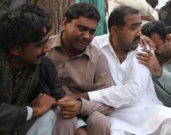 Pakistan, drammatico incidente: autobotte va a fuoco, oltre 120 morti