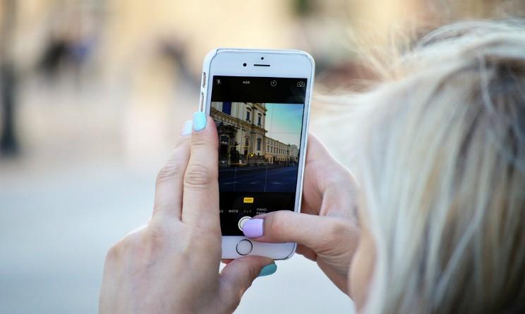 Regala smartphone con app per spiare la fidanzata, condannato a sette anni di carcere