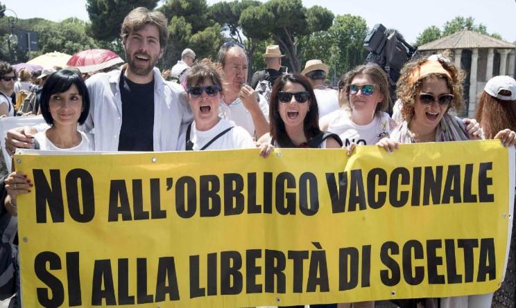 Vaccini, corteo no vax a Roma in favore della libera scelta sulle vaccinazioni obbligatorie