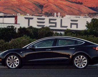 """Auto elettriche, Elon Musk: """"Attenzione ad attacchi hacker ma tra 20 anni addio al volante"""""""