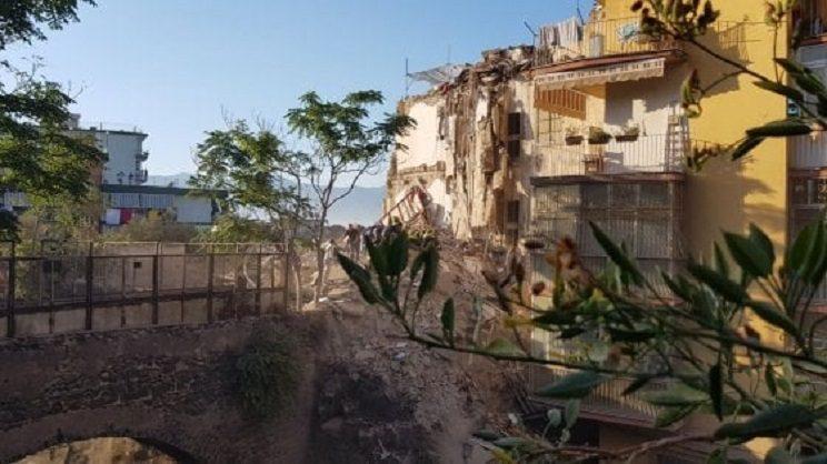 Torre annunziata crolla palazzina di quattro piani ci for Piani a quattro piani