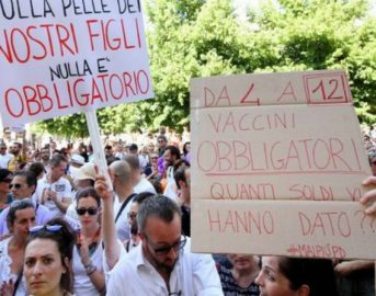Vaccini obbligatori: manifestazione no vax a Milano contro il Decreto Lorenzin