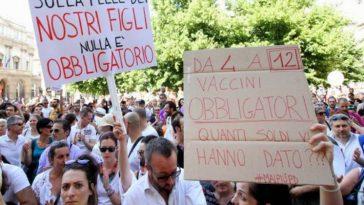 Vaccini obbligatori, manifestazione no vax a Milano contro il Decreto Lorenzin