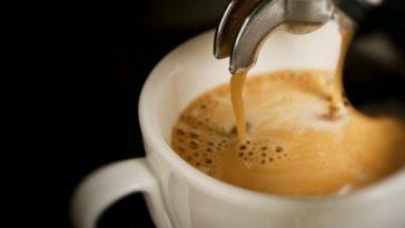 bere molti caffe potrebbe allungare aspettativa di vita, lo confermano due studi