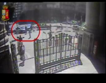 Milano, scarcerato migrante che ha accoltellato agente in Stazione Centrale: solo obbligo di firma