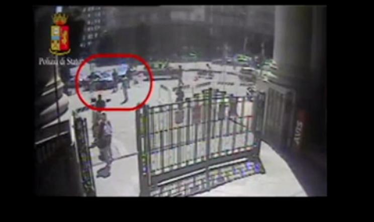Milano, scarcerato l'aggressore del poliziotto: per il gip non è tentato omicidio