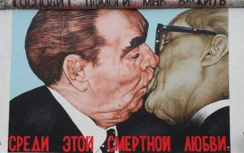 Giornata Mondiale del Bacio: i 5 baci (per nulla d'amore) che hanno riscritto la storia