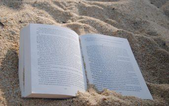"""Libri estate 2017: leggere diventa social con """"Books on the Beach"""""""