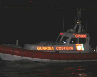 Cagliari, gommone contro frangiflutti a Sant'Elia: due giovani morti, due ragazze ferite