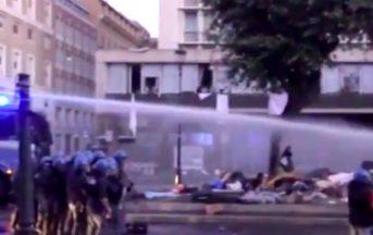 Migranti sgomberati a Roma: video degli incidenti con la Polizia