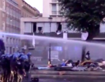 Migranti sgomberati a Roma: video degli incidenti con la Polizia