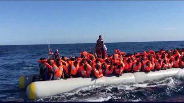 nave militare sperona barcone migranti