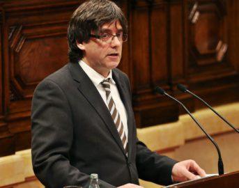 Catalogna, mandato d'arresto europeo per Puigdemont: in migliaia protestano in piazza