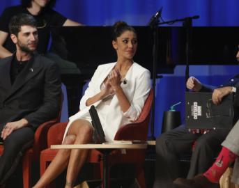 Maurizio Costanzo Show, Belen Rodriguez particolarmente arrabbiata: non risponde alle domande del giornalista e attacca Pucci