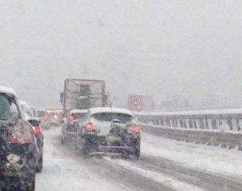 Maltempo, neve  e lunghe code nella zona di Bologna: la situazione in tempo reale