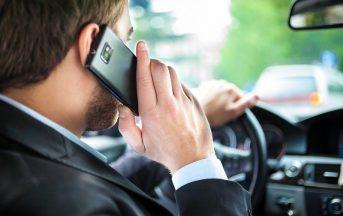 Nuove sanzioni per chi guida e parla al cellulare: in arrivo multe salatissime (FOTO)