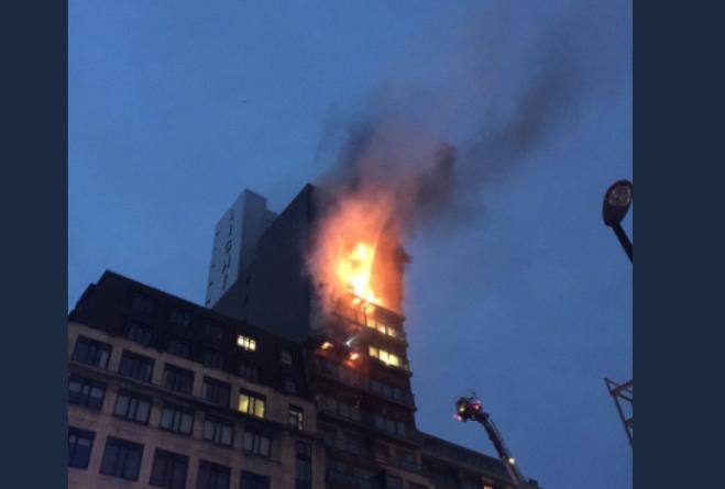 Palazzo di 12 piani in fiamme a Manchester