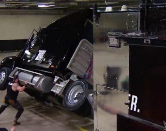 WWE Raw, la furia di Braun Strowman dopo il licenziamento: distrugge il backstage, ribalta un camion e attacca Michael Cole