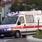 Napoli paletto di ferro contro ambulanza: infermiera fa scudo col corpo al paziente