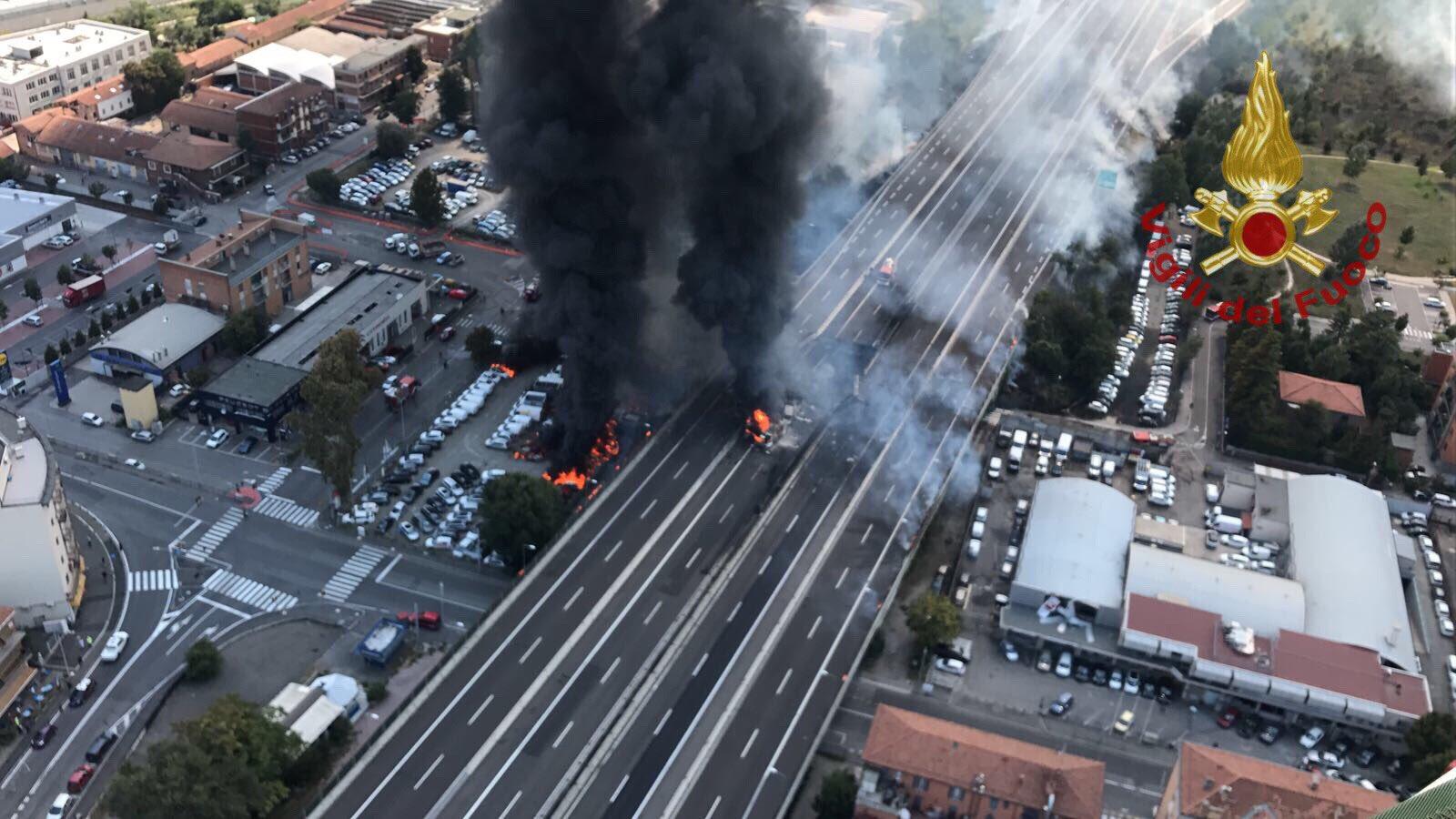 Bologna, espole un camion di combustibile: apocalisse in tangenziale