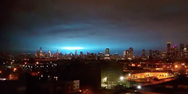 New York, esplode centrale elettrica: nel cielo scia di luce azzurra