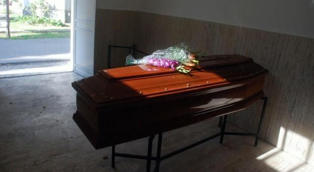 Fa sesso con un cadavere in un'agenzia di pompe funebri