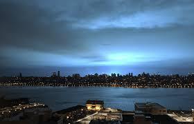 Esplode un trasformatore elettrico: il cielo diventa blu cobalto sopra New York